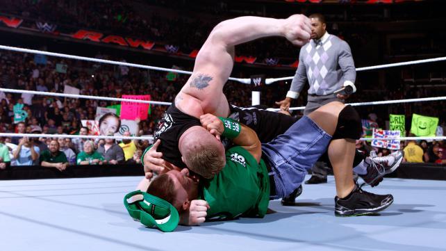 John Laurinatis sale junto con David Otunga. Laurinaitis dice que la semana  pasada RAW vio el regreso de un hombre que marcara una nueva epoca en la  WWE 275eefa0a95